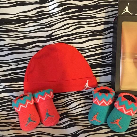 fc615903c226 NEW NIKE AIR JORDAN BABY BOOTIES 0-6M HAT 0-3M